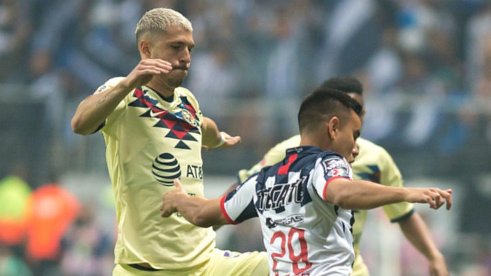 Guido, de amarillo, presiona a un rival.