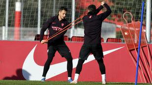 Chicharito hace un ejercicio en un entrenamiento.