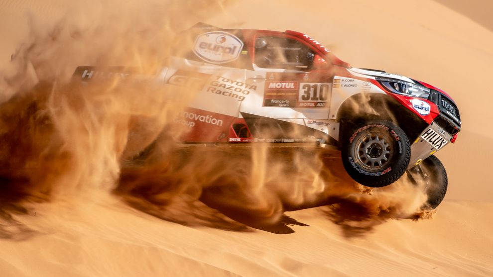 Fernando Alonso 'surfea' una duna con su Toyota Hilux.