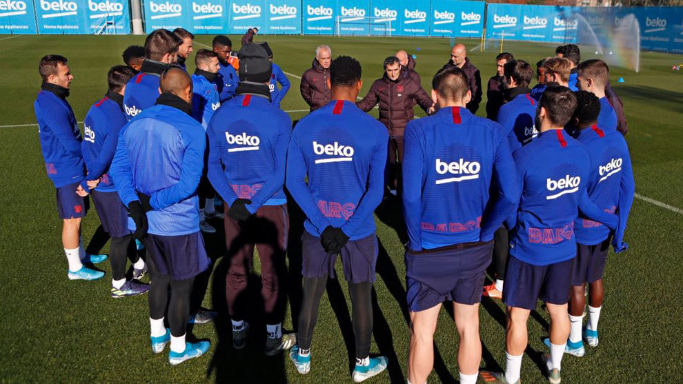 Ernesto Valverde memimpin latihan Barcelona