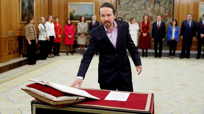 Las ministras y ministros de Podemos prometen su cargo ante el rey.