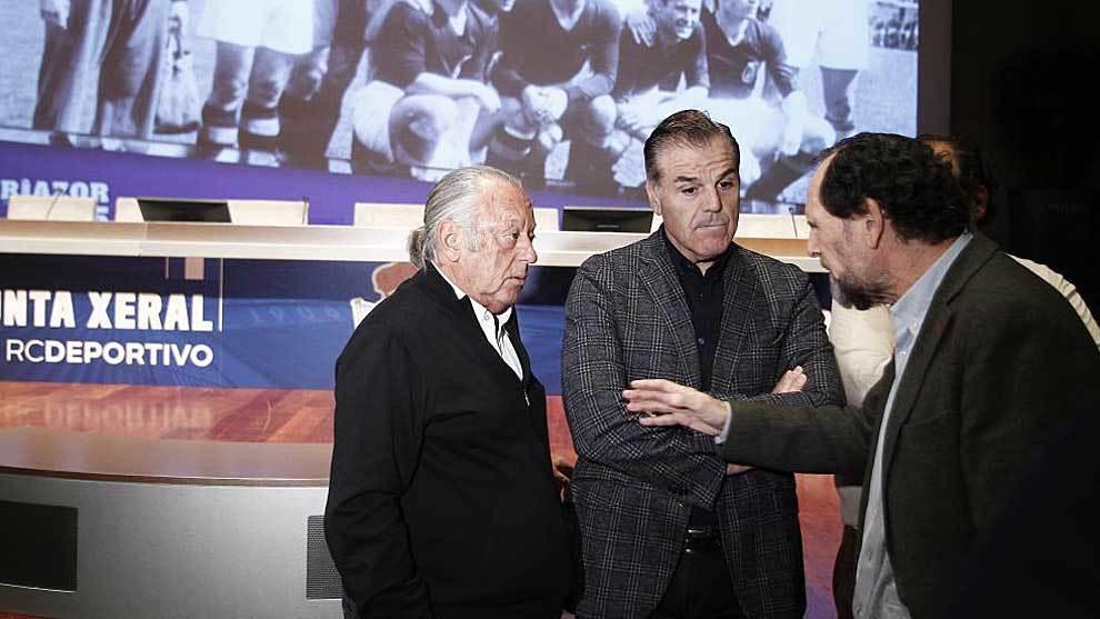 Fernando Vidal, en el centro, durante la Junta general de accionistas...