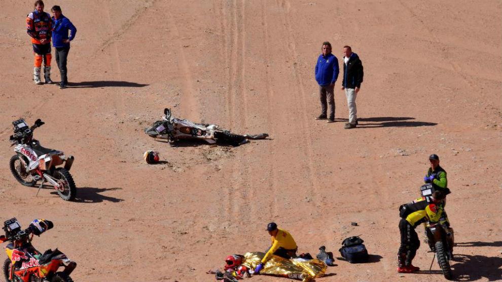 Toby Price, (esquina superior izquierda) contempla el cuerpo de Paulo...