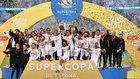 Los jugadores del Real Madrid, celebrando la Supercopa de España en...