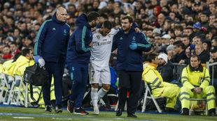 Hazard, siendo ayudado por los médicos del Madrid tras lesionarse...