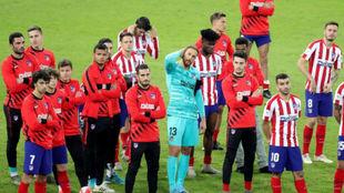 Los jugadores del Atlético, decepcionados tras perder la final.