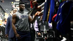 Zion Williamson saluda a los aficionados después de un entrenamiento.