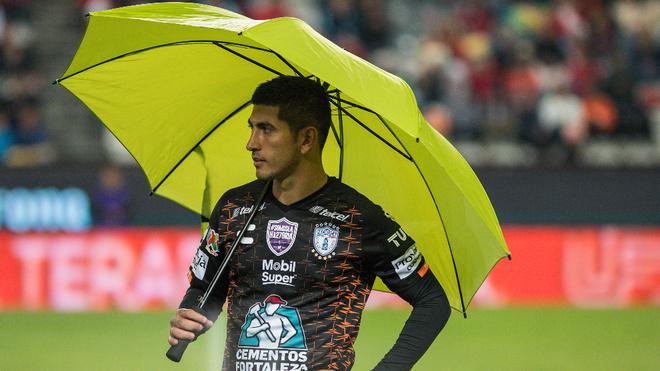 Víctor Guzmán jugando para Pachuca en el Apertura 2019.