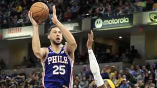 Ben Simmons intenta anotar ante los Pacers