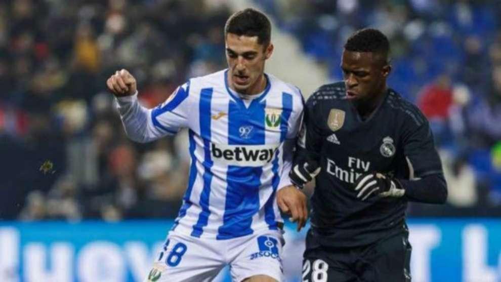 Sabin Merino disputa un balón con Vinícius