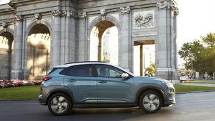 El Hyundai Kona con la Puerta de Alcalá de Madrid al fondo.