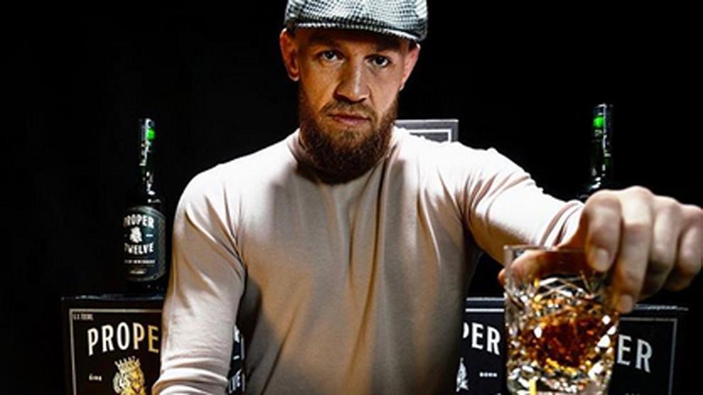 El luchador Conor McGregor bebiendo su whiskey Proper No. Twelve