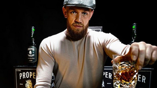 El luchador Conor McGregor bebiendo su whiskey Proper No. Twelve