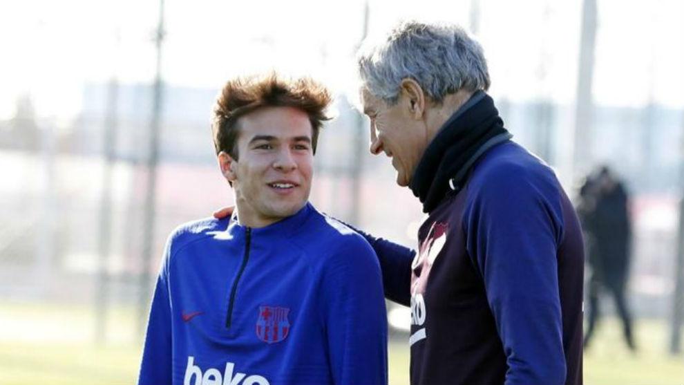 Riqui Puig y Quique Setién en el entrenamiento de este martes.