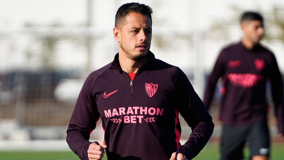 Chicharito en entrenamiento con Sevilla.