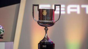 El trofeo de la Copa del Rey durante el sorteo de los dieciseisavos de...