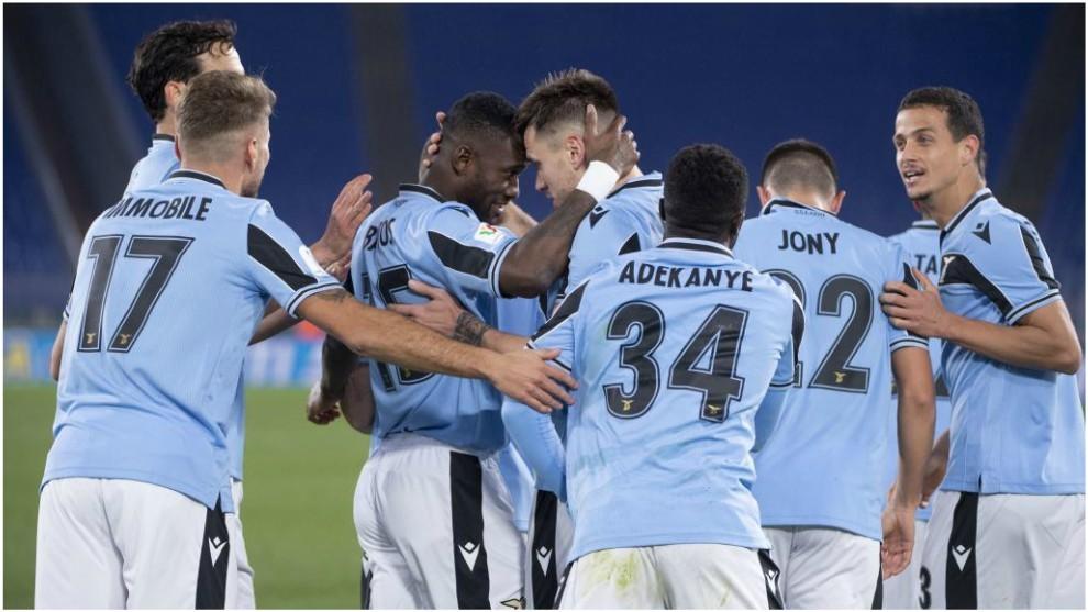 Patric celebra con Bastos el 1-0 de la Lazio.