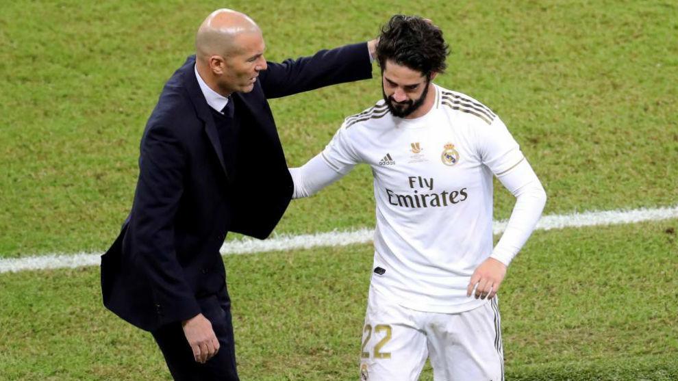 Zidane saluda a Isco tras sustituirlo en la final de la Supercopa.