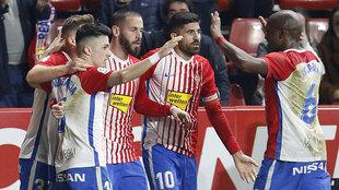 Los jugadores del Sporting celebran el gol de Manu García.