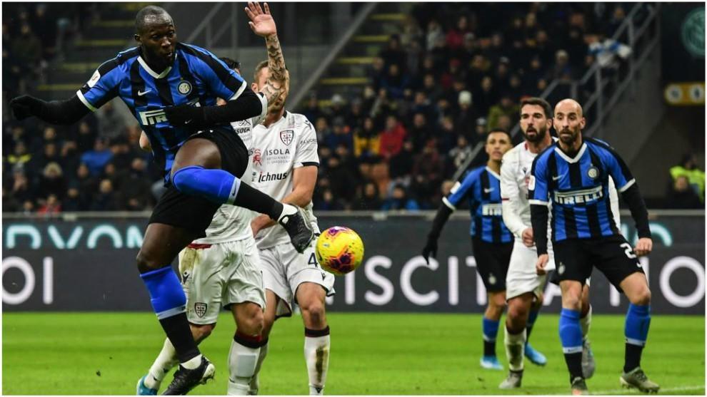 Romelu Lukaku toca lo justo para que Borja Valero anote el 2-0 del...