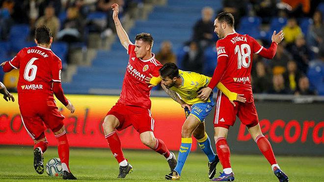 Kirian no puede llevarse un balón ante tres jugadores del Zaragoza.