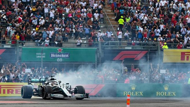 Lewis Hamilton durante el festejo en el GP México 2019.