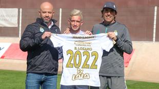 Brian Lozano tras firmar su extensión.
