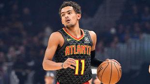 Trae Young bota el balón ante los Suns