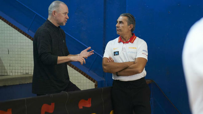 Mike Malone charla con Sergio Scariolo en un entrenamiento de la...