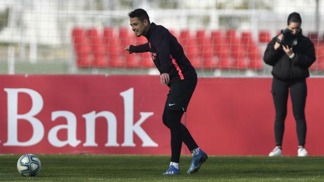 Cicharito, en el entrenamiento del Sevilla.