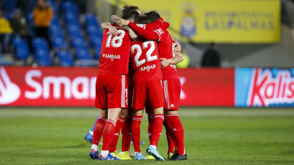 Los jugadores del Real Zaragoza celebran la victoria en Las Palmas.