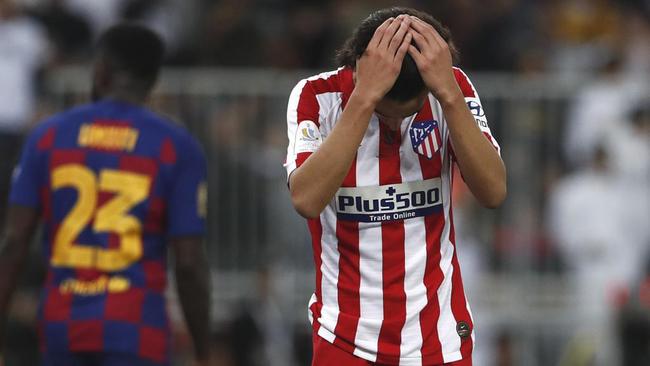 Joao Félix se lamenta durante el partido ante el Barcelona.