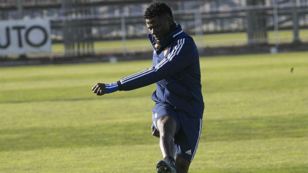 Bikoro, durante un entrenamiento con el Real Zaragoza.