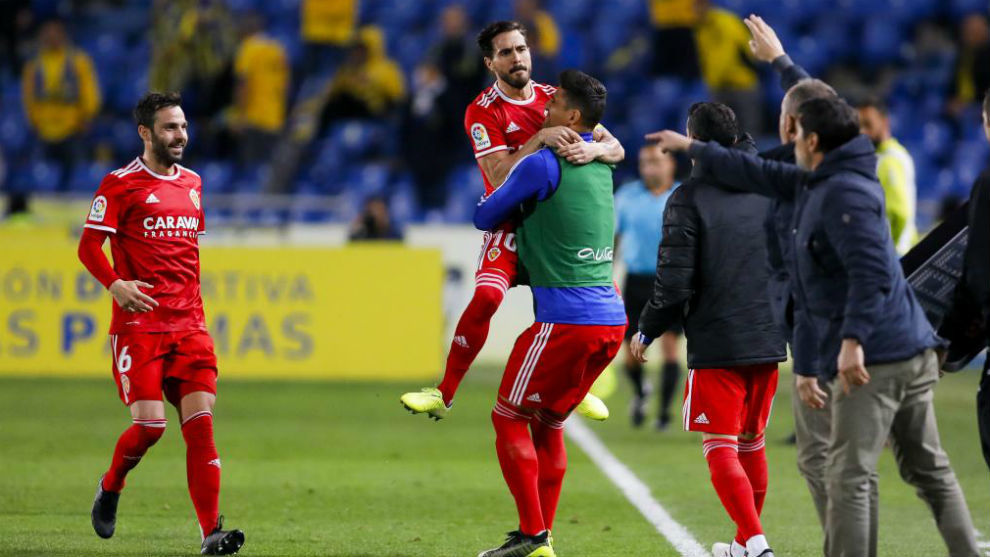 Javi Ros se abraza a Grippo tras marcar el penalti.