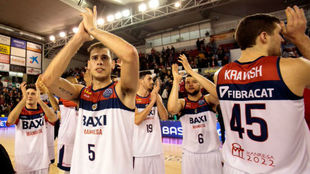 Los jugadores del Manresa saludan a su afición tras un partido de...