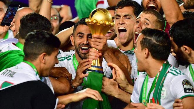 Mahrez, con la Copa África 2019.