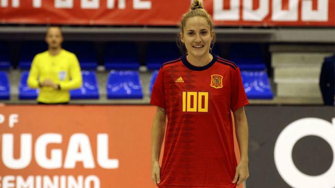 Ana Luján, con una camiseta conmemorativa de sus 100 partidos.