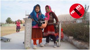 Dos niñas con su skate en Mazar-e-Sharif, Afganistán.