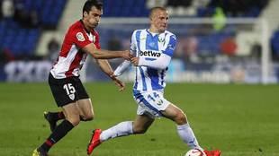 Kravets es perseguido por Lekue en el Leganés-Athletic del año...