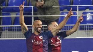 Mikel Rico celebra su gol, el primero del Huesca ante el Tenerife