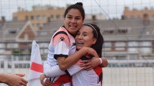 Oriana Altuve y Camila Sáez se abrazan tras anotar un gol.