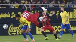Malsa cae sobre la espalda de Choco Lozano, autor del primer gol en el...