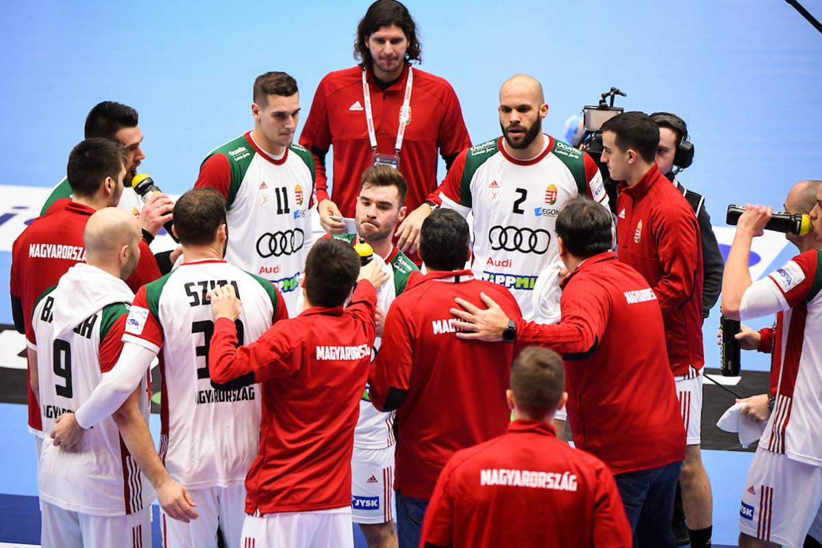 Los jugadores húngaros escuchan en un tiempo muerto al español Chema...