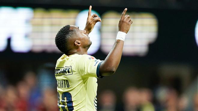 Renato celebra un gol con el América.