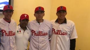 Tres novatos mexicanos firmaron con los Philliies.