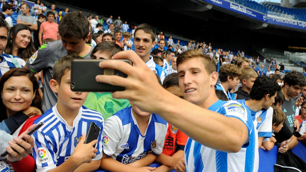 Aihen se hace un selfie el día de su presentación en el Reale Arena.