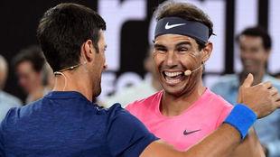 Djokovic y Nadal se abrazan durante la exhibición del miércoles
