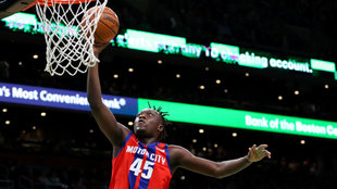 Sekou Doumbuya anota ante los Celtics
