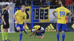 Los jugadores del Cádiz se lamentan durante el partido ante el...
