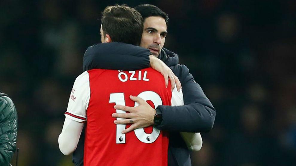 Arteta abraza a Özil.